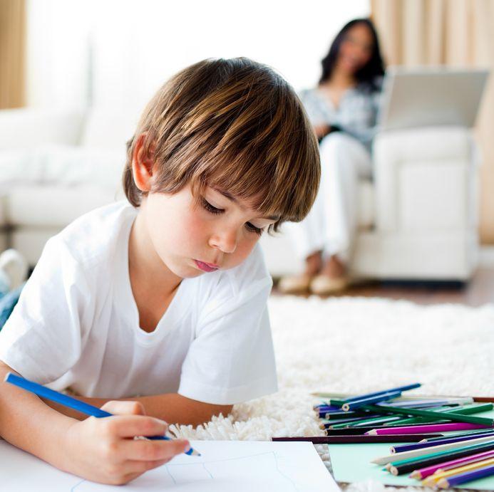 リビングで絵を描く少年