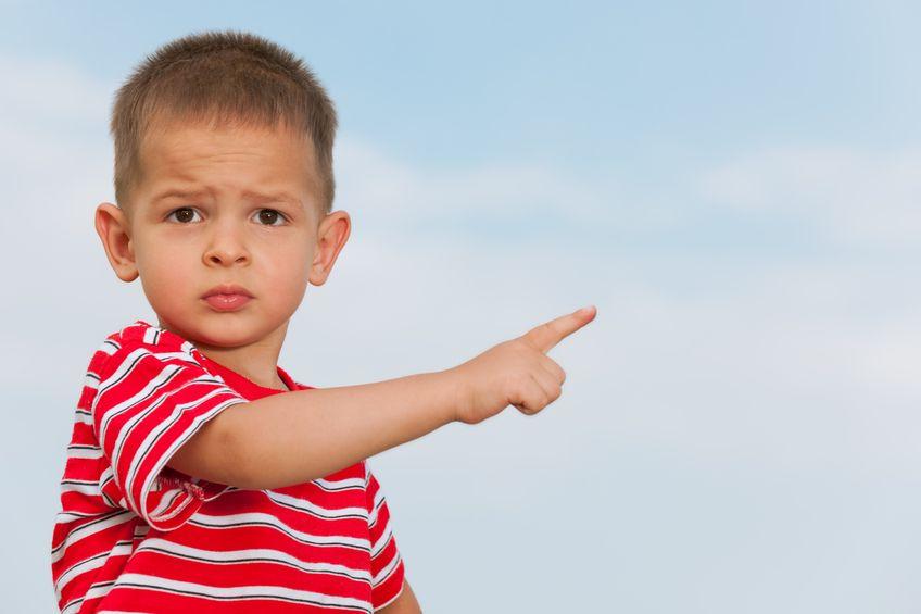 指を指す男の子