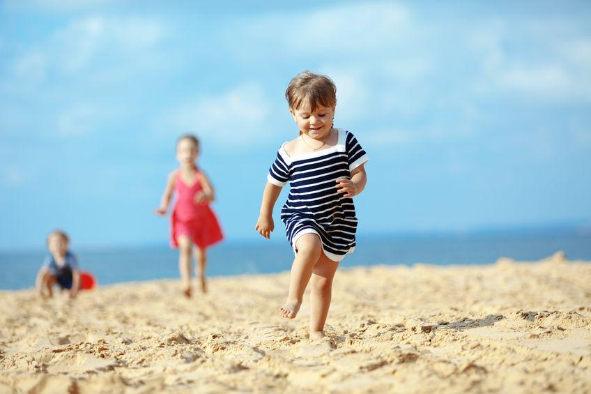海岸を走る子どもたち