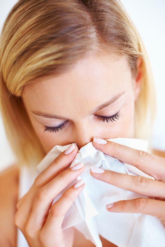 女性:鼻をかむ