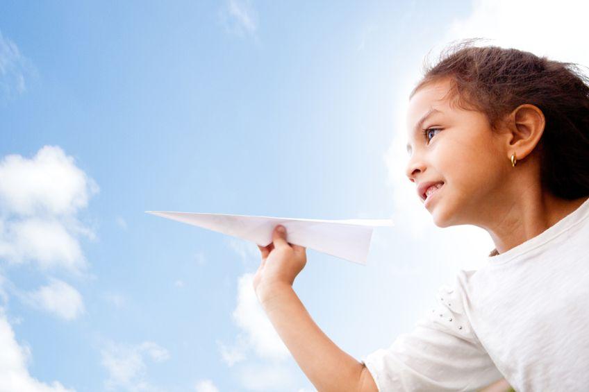 子ども:紙飛行機