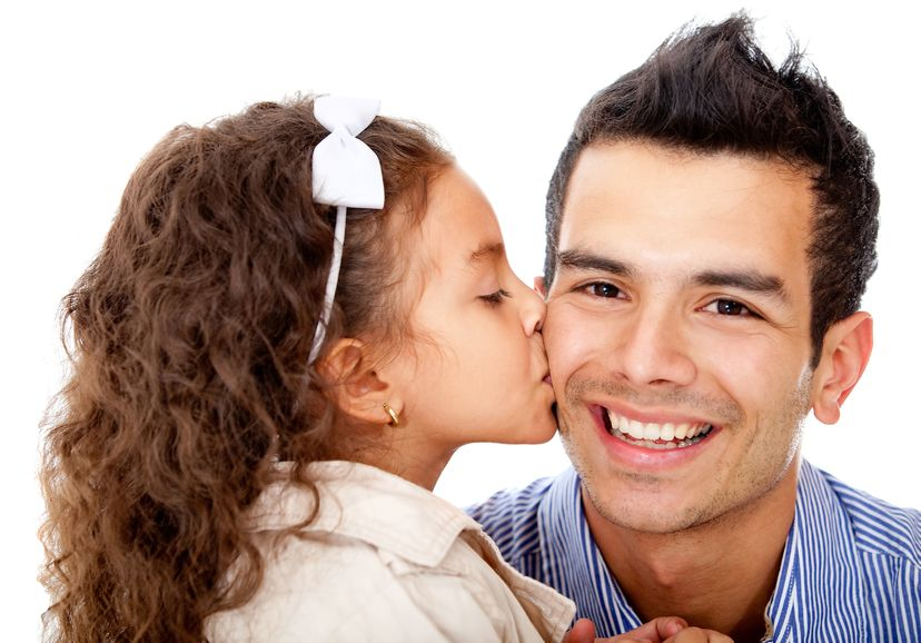パパにキスする女の子