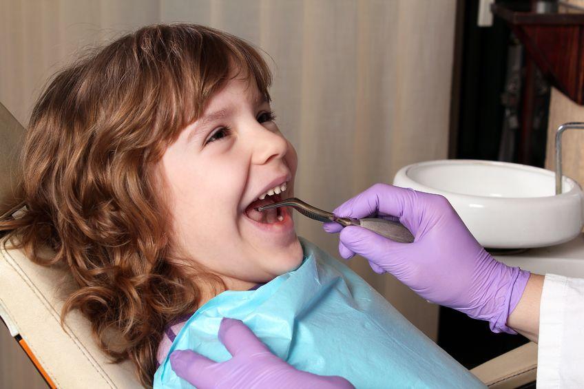 歯医者で治療を受ける女の子