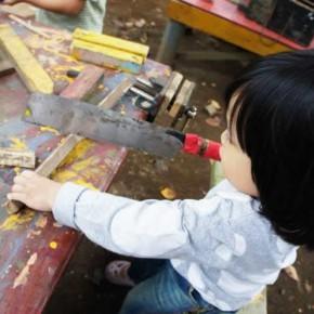 渋谷の公園でノコギリとトンカチ遊び!