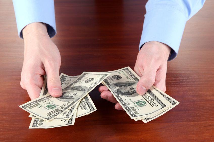 お金:両手