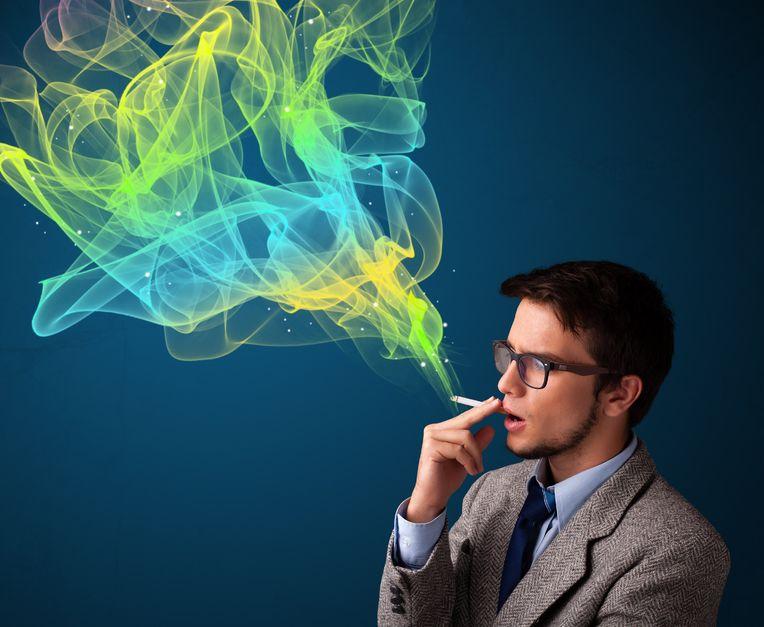 たばこを吸う男性