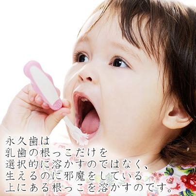口を開ける女の子