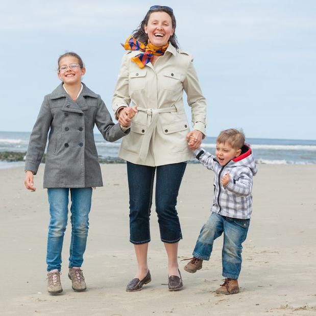 海岸を歩く家族