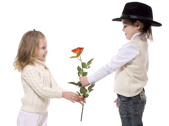 花を渡す男の子