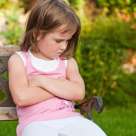 ベンチで怒る女の子
