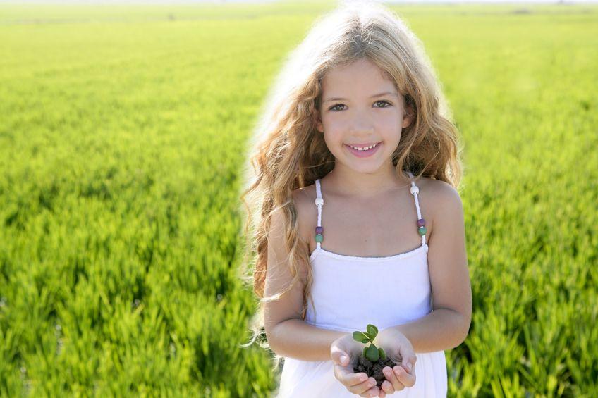 苗木を持つ女の子