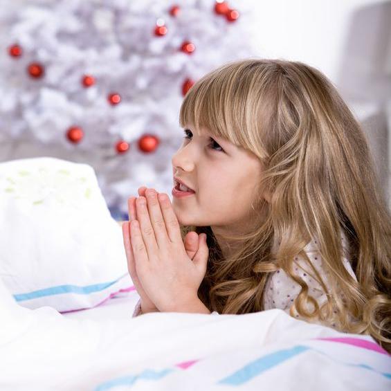祈りを捧げる少女