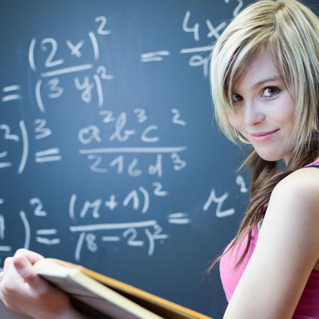 黒板の前に立つ生徒