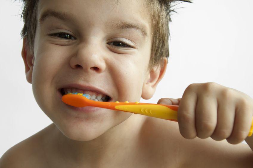 歯を磨く男の子