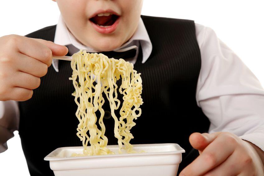インスタントラーメンを食べる男の子