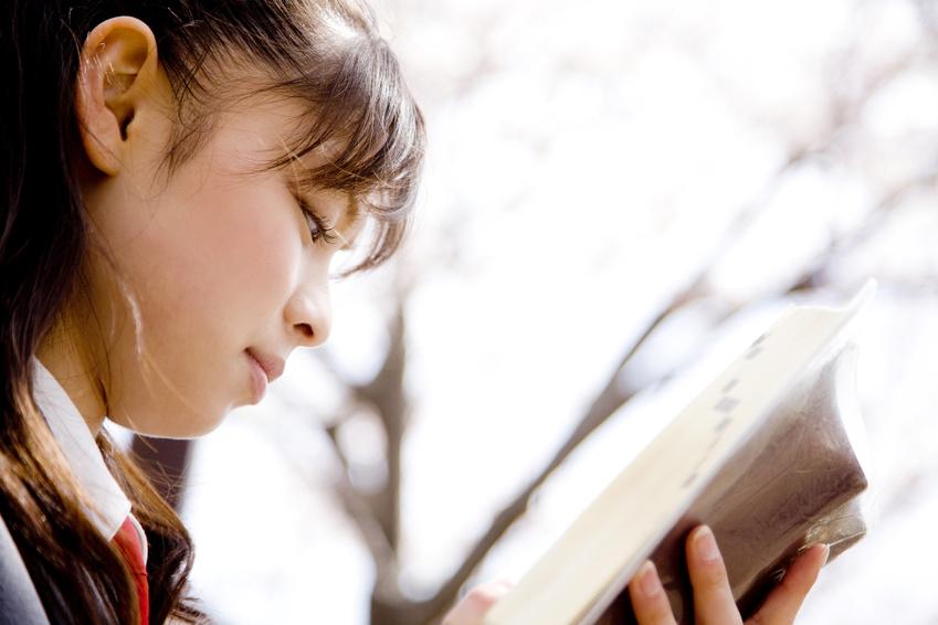 学生:本を読む