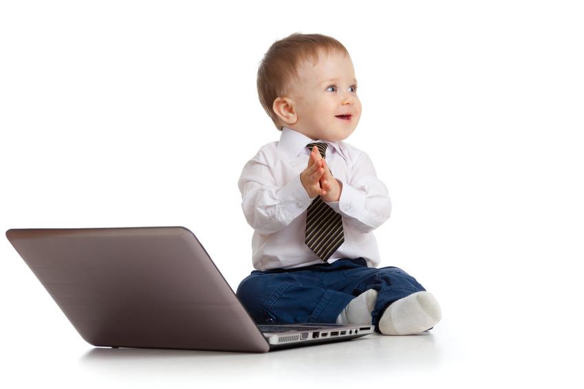 パソコンの前に座る男の子