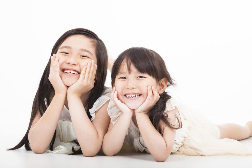 幸せそうに笑う姉妹