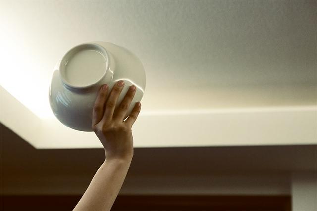 皿を投げる女性
